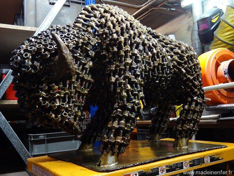 photo-sculpture-metal-recupere-recycle-art-contemporain-madeinenfer-bison dans l'atelier